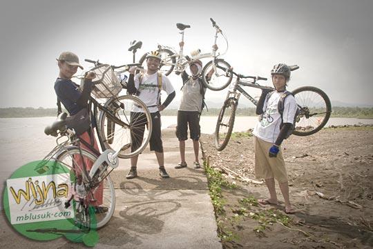 Foto berbagai jenis sepeda yang dikayuh menuju pantai Congot, kulon progo di tahun 2009