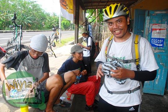 Pesepeda Yogyakarta istirahat di warung di sekitar Jl. Raya Daendels pantai selatan Jawa pada tahun 2009