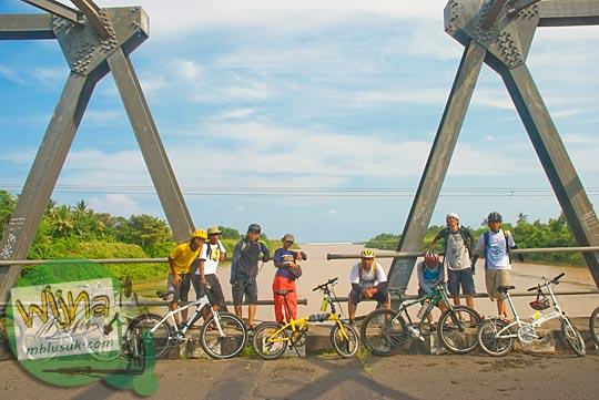 Pesepeda Yogyakarta berfoto di jembatan batas wilayah Kulon Progo dan Purworejo tahun 2009