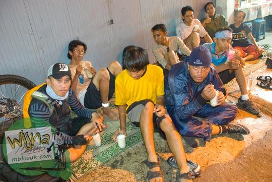 Foto Warung susu murah-meriah enak yang ada di pinggir jalan Wates, Yogyakarta pada tahun 2009