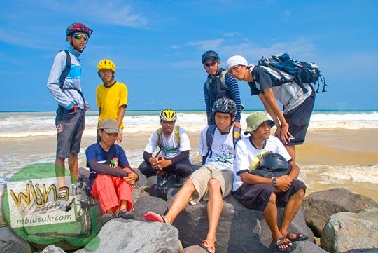 Foto komunitas pesepeda yogyakarta berfoto bersama di Pantai Congot, Kulon Progo pada tahun 2009
