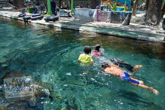 anak-anak berenang di Umbul Cokro, Klaten yang airnya jernih di tahun 2009