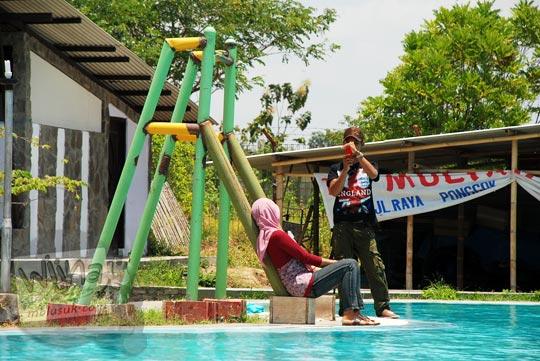 Fotomodel cewek berjibab hijab berpose di pinggir kolam renang Umbul Cokro, Klaten di tahun 2009