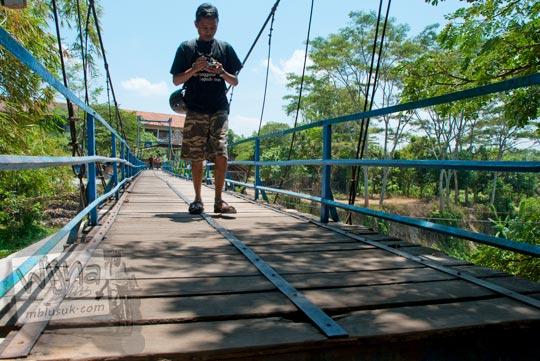 Jembatan gantung menuju kawasan Umbul Cokro, Klaten di tahun 2009