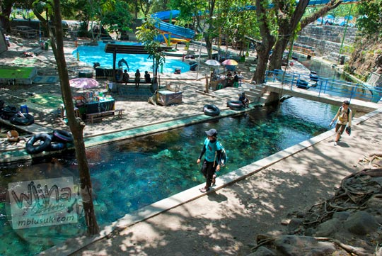 air dari Umbul Cokro, Klaten dialirkan melalui saluran berwujud selokan di tahun 2009