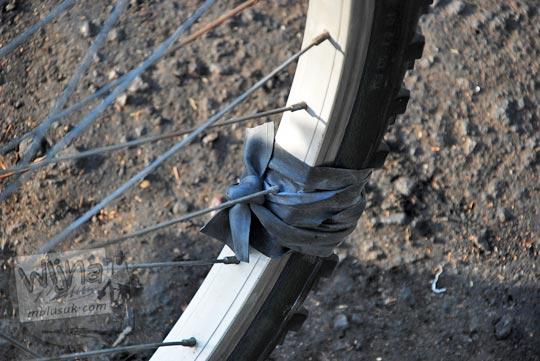 tips darurat memperbaiki ban sepeda luar yang robek