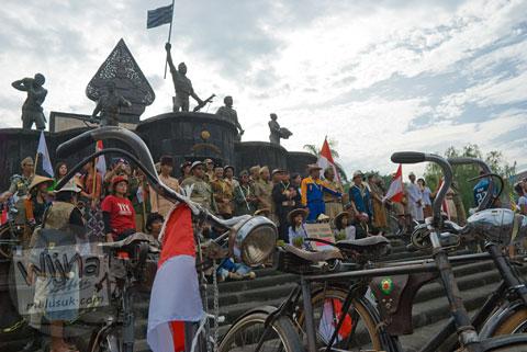 para pesepeda dan veteran Berfoto bersama di Monumen Serangan Umum 1 Maret 1949, Yogyakarta di tahun 2009