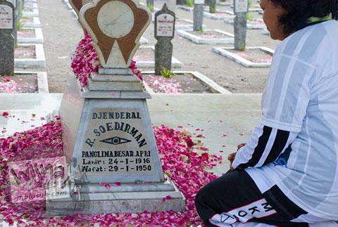 Foto nisan makam jenderal sudirman di taman makam pahlawan kusumanegara yogyakarta