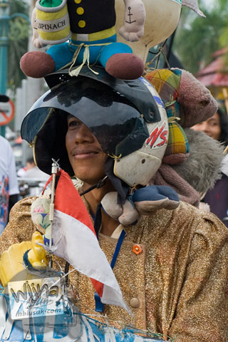 Foto Pak Ngadiran dengan dandanan nyentrik dan sepeda uniknya mengikuti acara Serangan Sepeda 1 Maret 2009 di kota Yogyakarta