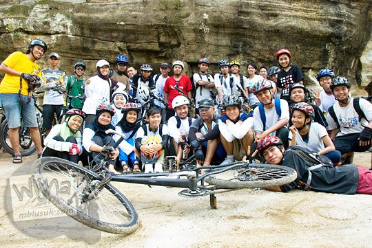 30 Pesepeda yogyakarta berpose di depan di Goa Jepang Berbah Sleman pada tahun 2010