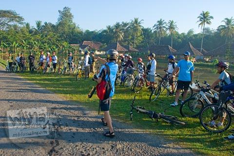 Foto pesepeda di saung mang engking saat Bersepeda ke Candi Borobudur bareng Jogja Folding Bike di tahun 2009