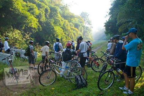 Foto pesepeda di pedesaan saat Bersepeda ke Candi Borobudur bareng Jogja Folding Bike di tahun 2009