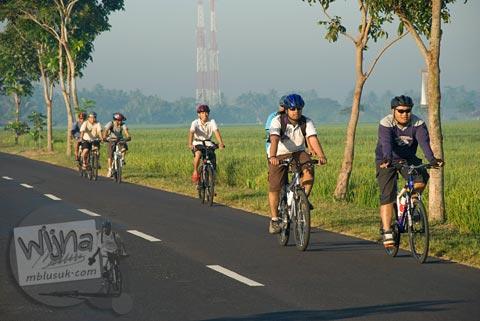 Foto pesepeda di sawah saat Bersepeda ke Candi Borobudur bareng Jogja Folding Bike di tahun 2009