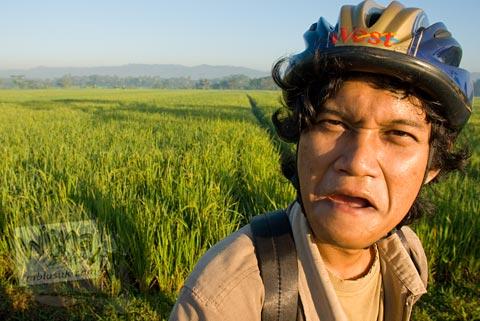 Foto pesepeda onthel Wintolo saat Bersepeda ke Candi Borobudur bareng Jogja Folding Bike di tahun 2009