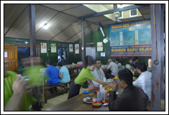 Suasana pengunjung di warung Soto Gading pada Juni 2009