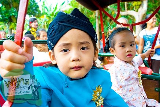 anak kecil ikut memeriahkan acara budaya srawung kampung kotagede, Yogyakarta di tahun 2009