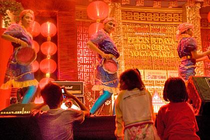 Anak-anak di depan panggung utama Pekan Budaya Tionghoa 2010 di Ketandan