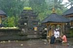 Foto sembahyang hujan di Tirta Empul Bali pada Februari 2009