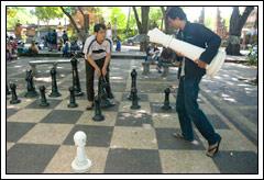 Foto Babe Joko dan Babe Winky maen catur raksasa di Bali Februari 2009