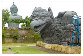 Foto Patung Wajah Garuda di Taman Garuda Wisnu Kencana di Bali pada Februari 2009
