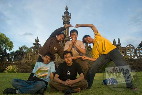 Foto mahasiswa prodi matematika ugm di Lapangan Niti Mandala kota Denpasar pada Februari 2009