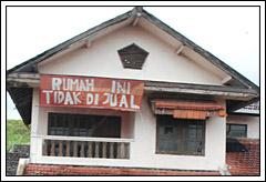 Foto warga menangis kehilangan rumah dan tempat tinggal akibat bencana Lumpur Porong Sidoarjo tahun 2009