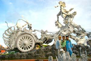 Patung-Patung Penghias Bali