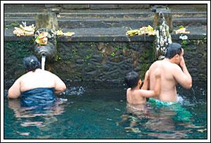 Foto Air suci di Tirta Empul Bali pada Februari 2009