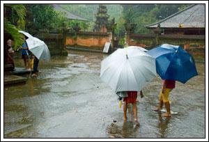 Foto ojek payung bocah di Tirta Empul Bali pada Februari 2009