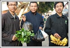 Mahasiswa KKN Cowok belanja di pasar Prambanan