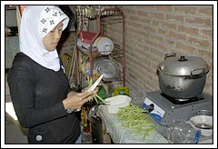 Wulan Fitria Suryaningsih memasak sarapan saat Kuliah Kerja Nyata