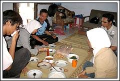 Suasana makan bersama mahasiswa KKN Universitas Gadjah Mada