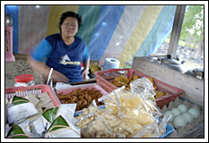 Warga Penjual Angkringan di desa Kebondalem Kidul, Prambanan, Klaten, Jawa Tengah pada tahun 2008