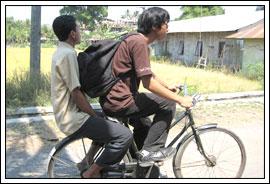 mahasiswa KKN ke mana-mana naik sepeda onthel