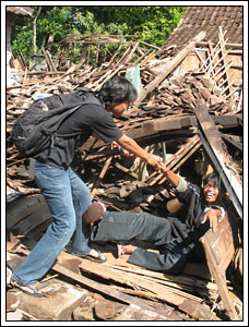 Foto korban gempa Jogja - Jawa Tengah tahun 2006