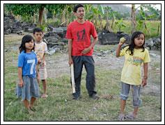 Mahasiswa KKN bermain kasti dengan anak-anak desa Kebondalem Kidul pada tahun 2008