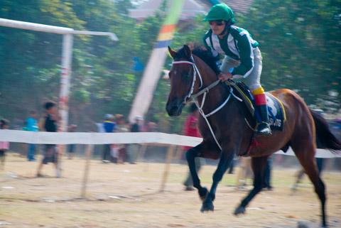 Foto aksi balapan pacuan kuda yang digelar di lapangan Krido Mukti di desa Kebondalem Kidul, Prambanan, Klaten, Jawa Tengah