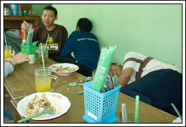 mahasiswa kuliah kerja nyata (kkn) makan siang terakhir di Prambanan