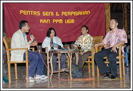 mahasiswa kuliah kerja nyata (kkn) presentasi di hadapan warga desa Kebondalem Kidul