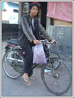 Mahasiswa KKN bersepeda dengan cinta kembang desa