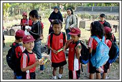 Mahasiswa KKN UGM berkegiatan di Candi Sojiwan, Prambanan, Jawa Tengah