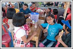 Foto Isryad Ardhi dikelilingi Anak-anak desa Kebondalem Kidul, Prambanan