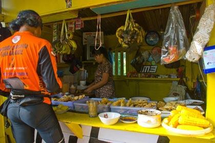 Berbagai jenis kudapan dan jajanan khas Sunda yang dijual di Warung Bandrek