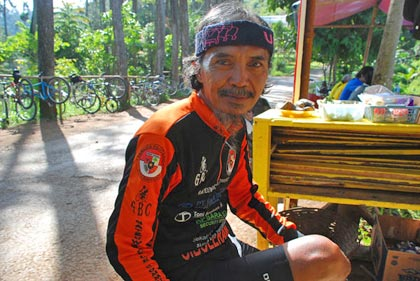 Pak Cecep, pesepeda sekaligus pelanggan setia Warung Bandrek